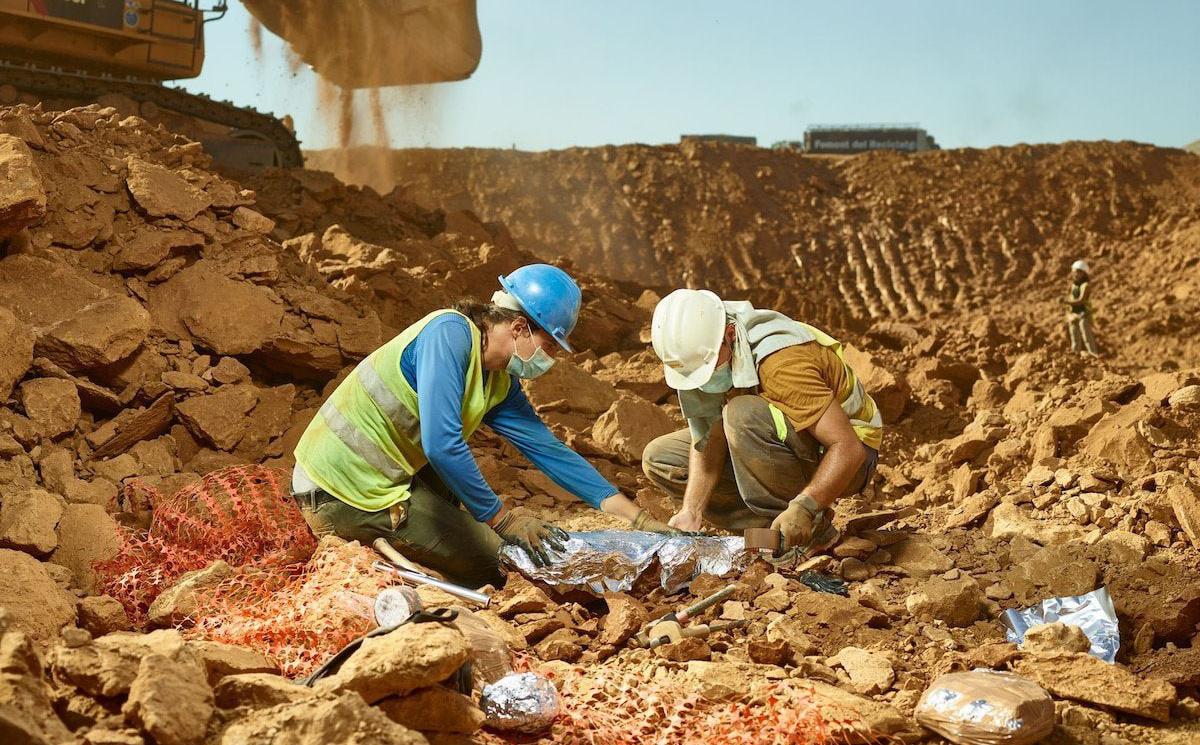 """Nhà khảo cổ học tình cờ tìm thấy """"mỏ vàng lớn"""" ở một nơi không tưởng: Bãi rác!"""