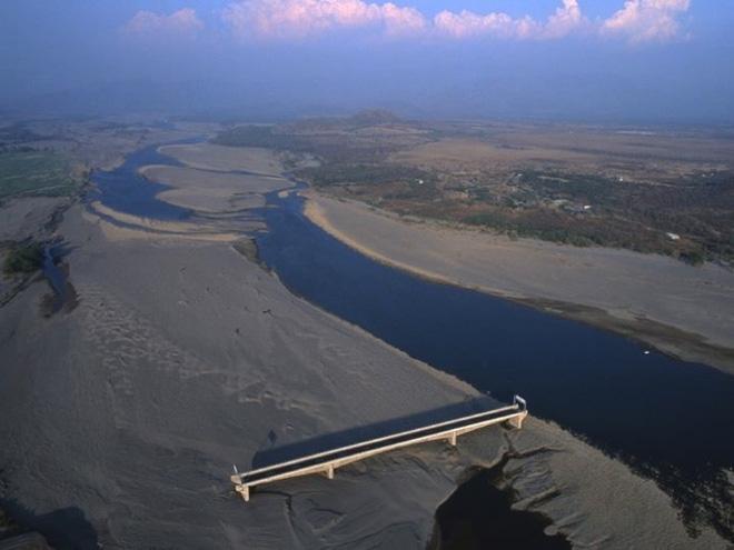 Đen như cầu Choluteca: vừa xây xong thì gặp bão, chẳng hư hại gì nhưng sông lại đột ngột đổi hướng khiến cầu trở nên vô dụng - Ảnh 2.