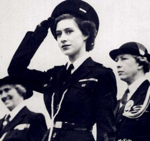 Nhan sắc thời trẻ của Nữ hoàng Anh: Được ví như Nữ vương cổ tích, chồng nguyện bỏ ngai vàng để ở bên - ảnh 2