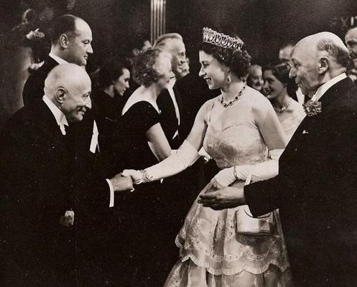 Nhan sắc thời trẻ của Nữ hoàng Anh: Được ví như Nữ vương cổ tích, chồng nguyện bỏ ngai vàng để ở bên - ảnh 4