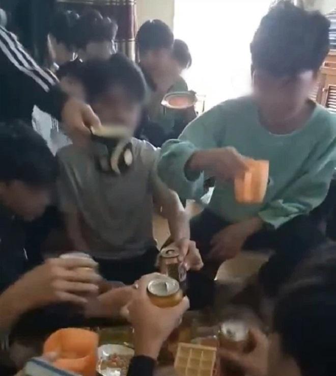 Cô giáo cổ vũ học sinh uống bia và quay clip đã livestream lên tiếng về sự việc - Ảnh 1.