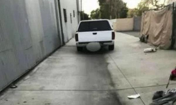 Đến kiểm tra chiếc xe đỗ ngang ngược, người đàn ông hốt hoảng báo cảnh sát vì cảnh tượng kinh hãi bên trong - Ảnh 1.
