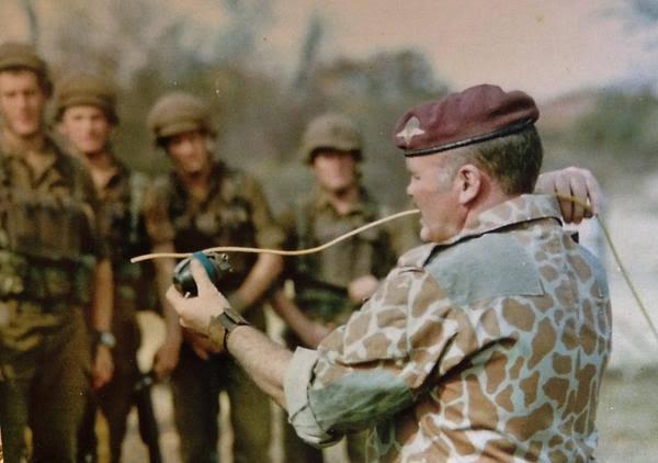 Cựu đặc nhiệm Anh kể chuyện suýt mất đầu khi đi giết trùm ma túy Escobar - ảnh 2