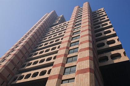 Thợ sửa điều hòa may mắn thoát khỏi tử thần dù rơi từ tầng 17 - Ảnh 1.