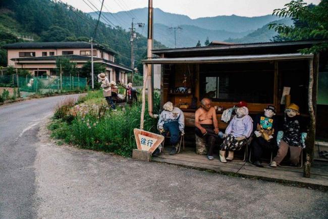 Ngôi làng kỳ bí nhất thế giới với dân số chủ yếu là 300 búp bê hình người - Ảnh 2.