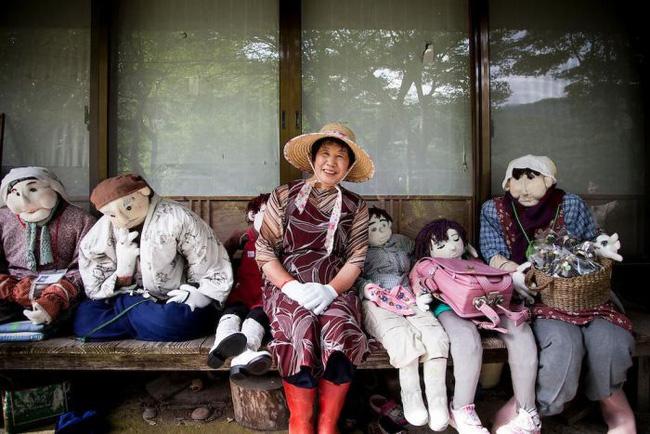 Ngôi làng kỳ bí nhất thế giới với dân số chủ yếu là 300 búp bê hình người - Ảnh 7.