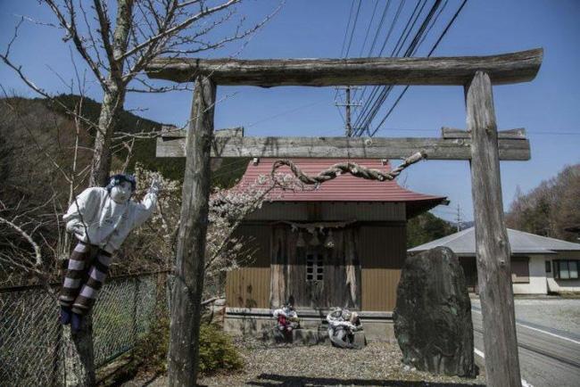 Ngôi làng kỳ bí nhất thế giới với dân số chủ yếu là 300 búp bê hình người - Ảnh 10.