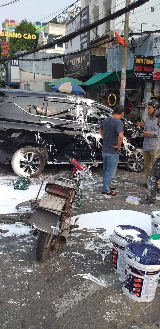 Người đàn ông chạy xe máy chở sơn va quệt với ô tô: Hiện trường tai nạn khiến cả hai bên đau đầu  - Ảnh 1.