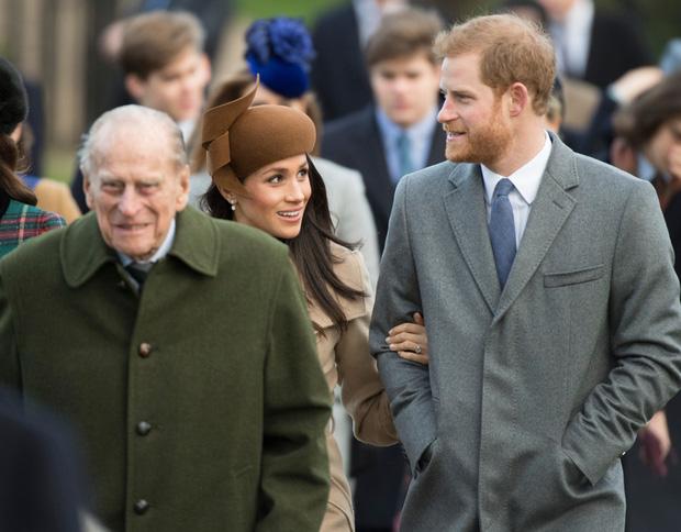 Phản ứng đầu tiên của vợ chồng Harry - Meghan ngay sau sự ra đi của cố Hoàng thân Philip khiến dư luận xôn xao tranh cãi - Ảnh 2.