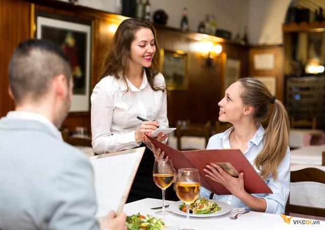 Bạn sẽ ngỡ ngàng khi biết lý do không nên nhờ nhân viên phục vụ gợi ý món lúc đi ăn nhà hàng - Ảnh 1.