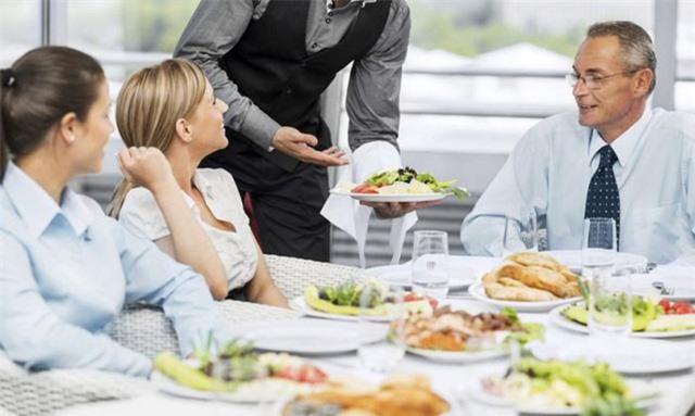 Bạn sẽ ngỡ ngàng khi biết lý do không nên nhờ nhân viên phục vụ gợi ý món lúc đi ăn nhà hàng - Ảnh 2.