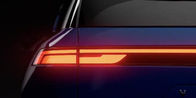 VinFast VF e36 lộ diện rõ nét trên sóng truyền hình Mỹ: SUV cỡ lớn chạy điện tự lái sắp bán ra thị trường - Ảnh 4.