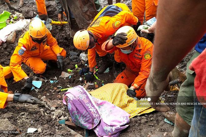 Cảnh hoang tàn sau siêu bão Seroja tại Indonesia: Hàng ngàn người đau đớn vì mất nhà mất người thân, chỉ biết cầu nguyện trong đêm tối - Ảnh 2.