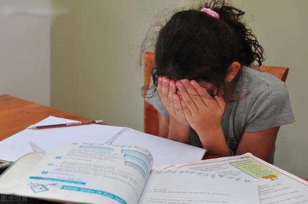 Cậu bé 7 tuổi bị ép học đến mức tím bầm người, đột tử trên bàn học, lời nhắn nhủ cuối cùng khiến gia đình ân hận cả đời - Ảnh 2.