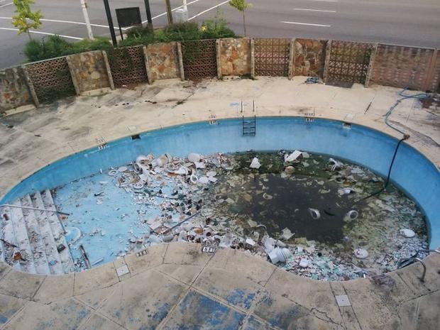 Bỏ tiền thuê khách sạn nhưng khi nhận phòng thì sốc không nói nên lời khi thấy ấm đun nước rêu mốc tua tủa, bồn rửa mặt nước xả đục ngầu - Ảnh 11.