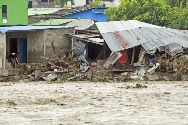 Cảnh hoang tàn sau siêu bão Seroja tại Indonesia: Hàng ngàn người đau đớn vì mất nhà mất người thân, chỉ biết cầu nguyện trong đêm tối - Ảnh 12.