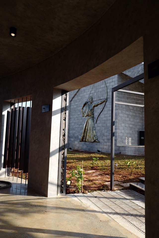 Khu bắn cung 4.000m2 của ông Đặng Lê Nguyên Vũ: Mô hình nhà rông bản địa kết hợp với kiến trúc sàn lưới La Mã, hòa hợp trong hệ sinh thái chữa lành - Ảnh 2.