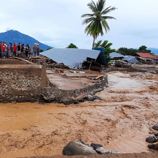 Cảnh hoang tàn sau siêu bão Seroja tại Indonesia: Hàng ngàn người đau đớn vì mất nhà mất người thân, chỉ biết cầu nguyện trong đêm tối - Ảnh 6.