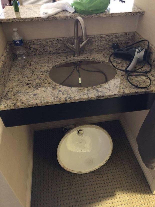 Bỏ tiền thuê khách sạn nhưng khi nhận phòng thì sốc không nói nên lời khi thấy ấm đun nước rêu mốc tua tủa, bồn rửa mặt nước xả đục ngầu - Ảnh 7.
