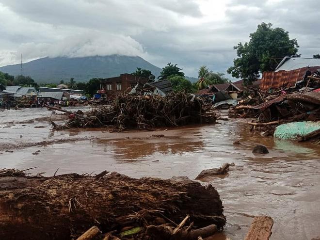 Cảnh hoang tàn sau siêu bão Seroja tại Indonesia: Hàng ngàn người đau đớn vì mất nhà mất người thân, chỉ biết cầu nguyện trong đêm tối - Ảnh 10.