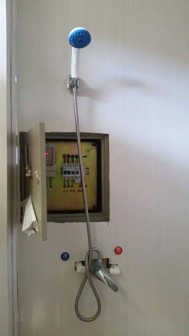 Bỏ tiền thuê khách sạn nhưng khi nhận phòng thì sốc không nói nên lời khi thấy ấm đun nước rêu mốc tua tủa, bồn rửa mặt nước xả đục ngầu - Ảnh 10.