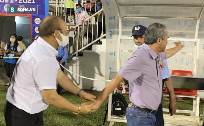 """Bầu Đức mỉa mai hình ảnh chủ tịch CLB Than Quảng Ninh trong trận thua Hà Nội FC: """"Thua mà vẫn cười toe toét đây này"""""""