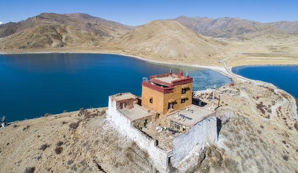 Thầy tu cô độc nhất thế giới, sống một mình giữa hồ ở Tây Tạng - Ảnh 3.