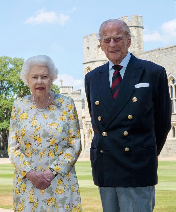 Tiết lộ những hoạt động của Nữ hoàng trong ngày Chủ nhật đầu tiên vắng bóng chồng khiến công chúng càng thêm nể phục bản lĩnh của bà - Ảnh 1.