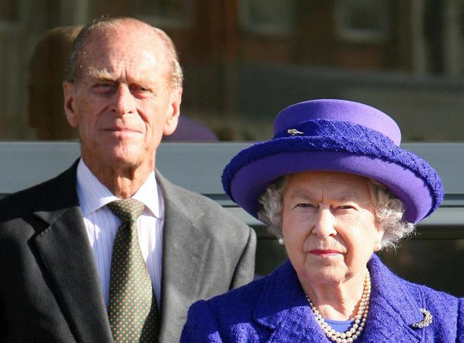 Tiết lộ những hoạt động của Nữ hoàng trong ngày Chủ nhật đầu tiên vắng bóng chồng khiến công chúng càng thêm nể phục bản lĩnh của bà - Ảnh 4.