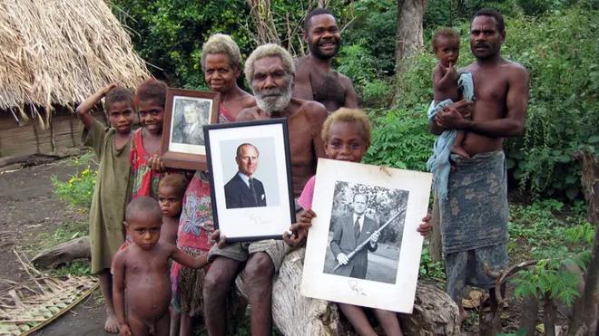 Kỳ lạ bộ lạc sống trên đảo xa tôn thờ cố Hoàng thân Philip, quyết định để tang khi hay tin ông qua đời - Ảnh 3.