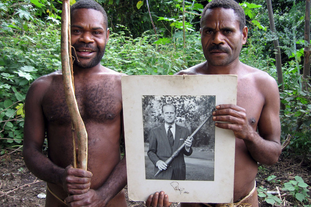 Kỳ lạ bộ lạc sống trên đảo xa tôn thờ cố Hoàng thân Philip, quyết định để tang khi hay tin ông qua đời - Ảnh 6.