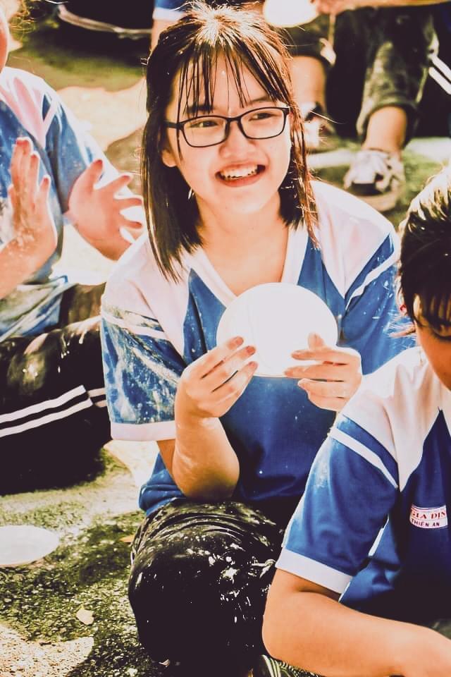 2 nữ sinh đang đợi mua trà sữa, sự xuất hiện và câu nói của thầy giáo với người bán hàng khiến họ đứng hình 5 giây - Ảnh 1.