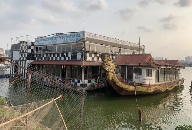 Hà Nội: Đột nhập nghĩa địa du thuyền, nhà hàng nổi tiền tỷ trên hồ Tây - Ảnh 1.