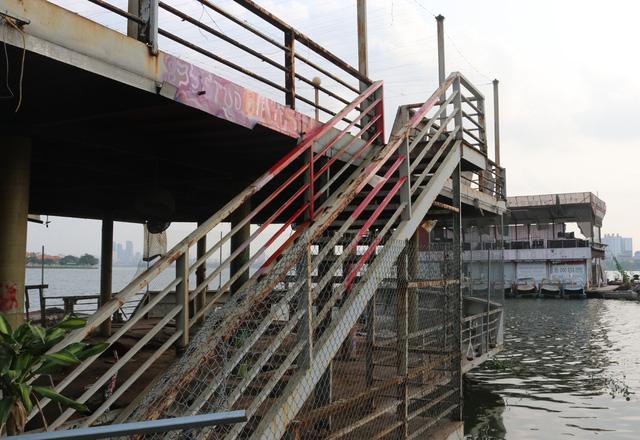 Hà Nội: Đột nhập nghĩa địa du thuyền, nhà hàng nổi tiền tỷ trên hồ Tây - Ảnh 2.