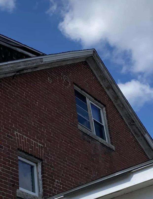 Sống trong nhà 6 năm trời, gia chủ bất ngờ phát hiện chiếc cửa sổ chưa từng mở, không thuộc bất kỳ phòng nào và bí mật bên trong - Ảnh 1.