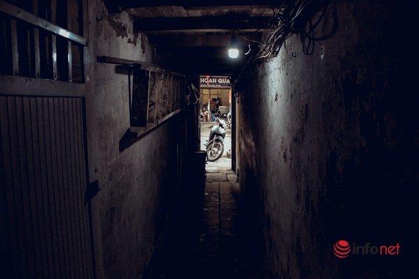 Sống trong ngõ siêu nhỏ, hun hút bóng tối giữa khu phố nghìn tỷ Hà Nội - Ảnh 2.