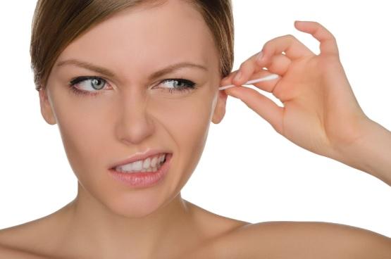 Vì sao không nên ngoáy tai bằng tăm bông? - Ảnh 1.