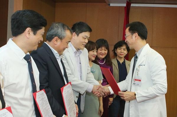Bệnh viện Bạch Mai đã tiếp nhận 5 Giáo sư và Phó giáo sư đến làm việc - Ảnh 2.