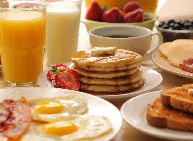 10 thói quen ăn sáng có thể phá hỏng ngày mới - Ảnh 9.