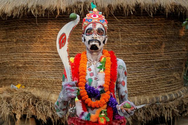 Phong tục kỳ lạ của người Ấn Độ - diễu hành trên đường phố cầm theo một thứ vô cùng ghê rợn - ảnh 1