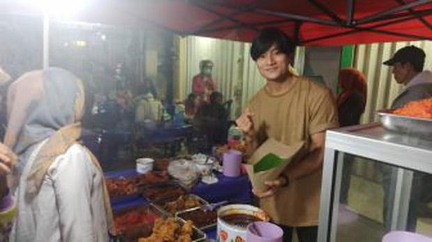 Anh bán cơm tự dưng nổi tiếng vì giống Lee Min Ho, khách nữ đến nườm nượp chỉ để ngắm - Ảnh 2.