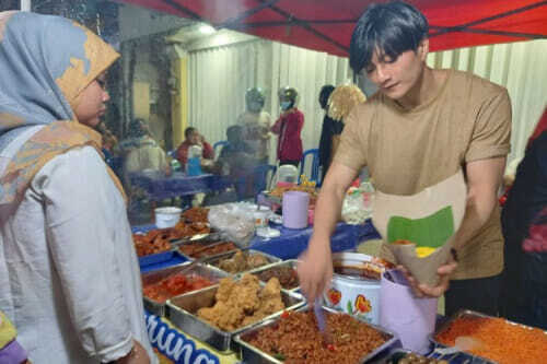 Anh bán cơm tự dưng nổi tiếng vì giống Lee Min Ho, khách nữ đến nườm nượp chỉ để ngắm - Ảnh 4.