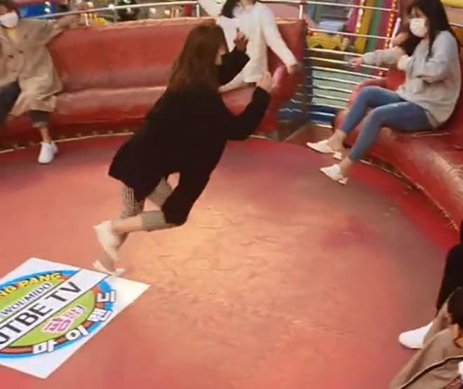 Chơi trò mạo hiểm, cô gái rơi vào tình huống éo le khiến dân tình cười xỉu: chịu chơi thì phải chịu quê thôi - Ảnh 3.
