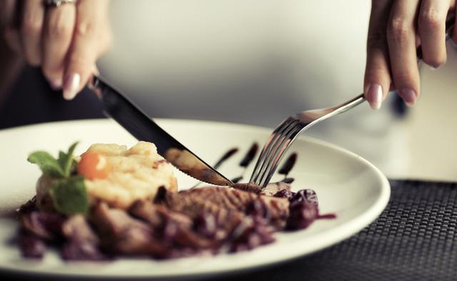 Đây là quy tắc lịch sự tối thiểu khi đi ăn nhà hàng, bạn đừng quên - Ảnh 1.
