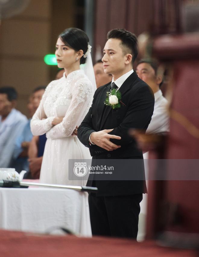 Cập nhật thánh lễ hôn phối Phan Mạnh Quỳnh: Cô dâu xinh xỉu trong tà áo dài, chú rể chăm vợ từng li từng tí ở lễ đường hoành tráng - Ảnh 1.