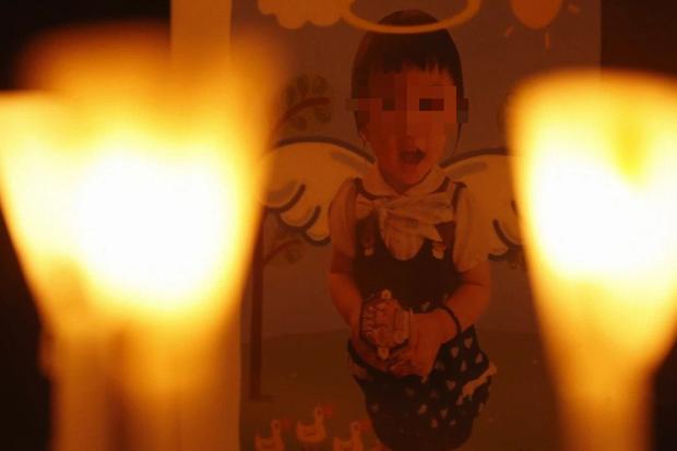 Vụ bé gái 5 tuổi bị bố và mẹ kế bạo hành đến chết, cơ thể kiệt quệ như người già: Tiết lộ bức ảnh bé vẽ trước khi qua đời khiến dư luận càng sục sôi - Ảnh 2.