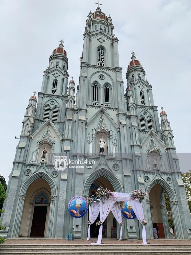 Cập nhật thánh lễ hôn phối Phan Mạnh Quỳnh: Cô dâu xinh xỉu trong tà áo dài, chú rể chăm vợ từng li từng tí ở lễ đường hoành tráng - Ảnh 9.