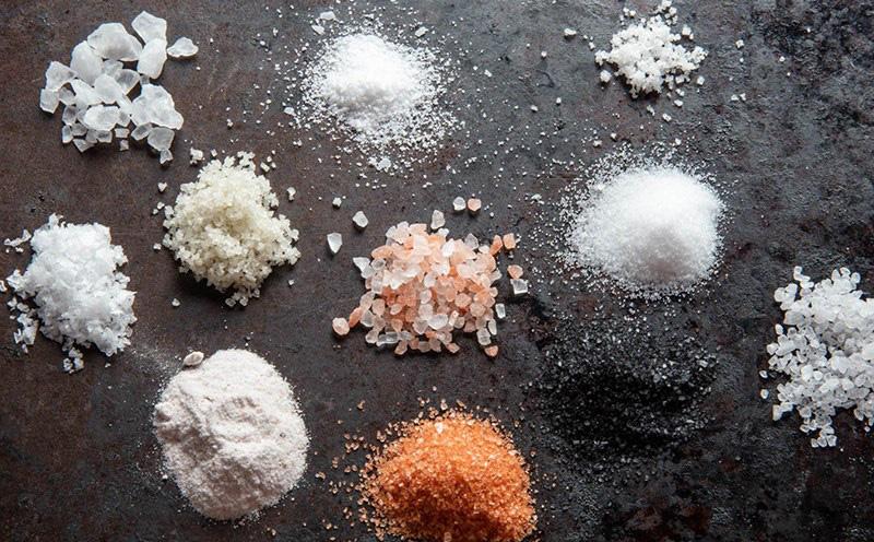 Muối có i-ốt, muối không i-ốt, muối natri thấp... khác nhau thế nào, ai nên ăn loại muối gì?