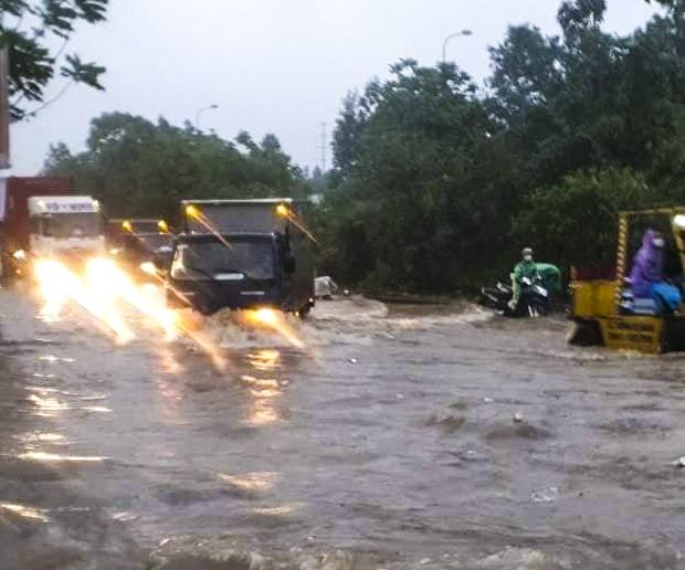 Hà Nội: Nhiều tuyến phố biến thành sông, nước ngập ngang thân người trong sáng 17/4 - Ảnh 2.