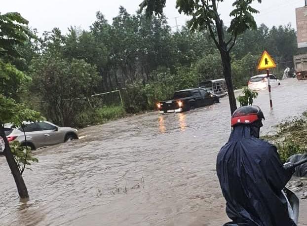 Hà Nội: Nhiều tuyến phố biến thành sông, nước ngập ngang thân người trong sáng 17/4 - Ảnh 3.